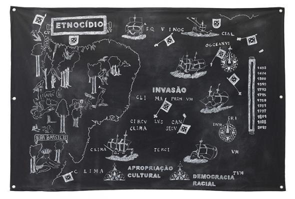 invasão, etnocídio e apropriação cultural, de Jaime Lauriano (2015). desenho feito com pemba branca (giz utilizado em rituais de Umbanda) e lápis dermatográfico sobre algodão preto