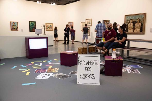 Parlamento dos corpos intervenção/experimentação de escuta e fala com Grupo Contrafilé + Daniel Minchoni na exposição