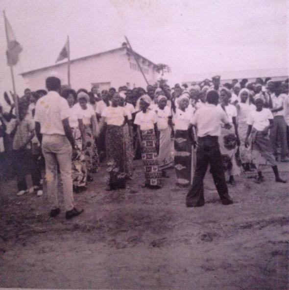 'gosto muito desta fotografia... o meu pai é o polícia que está no meu meio das pessoas, com uma boina. foi tirada em Benguela nos anos 70.'