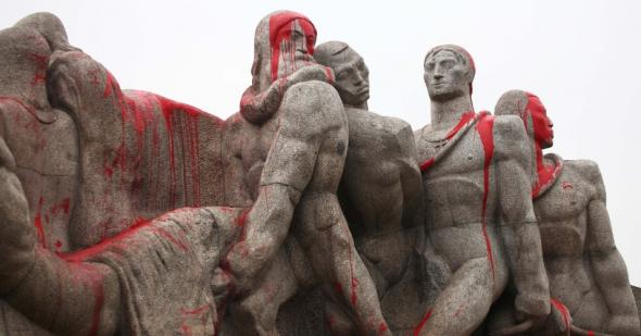 Monumento às Bandeiras pintado após protesto de 2013 foto de Renato Cerqueira Futurapress