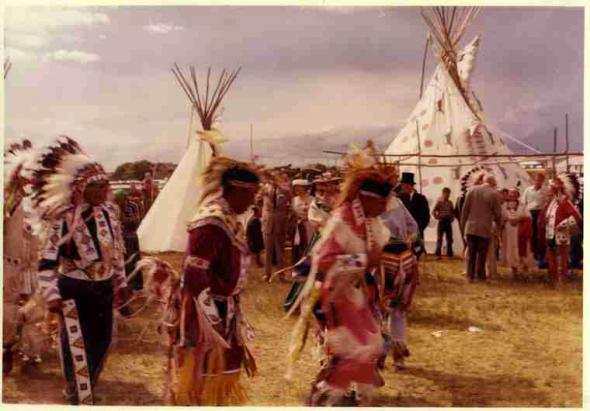 com acessórios tradicionais numa dançae na Pion-Era em Saskatoon, SK.  foto de 1958.