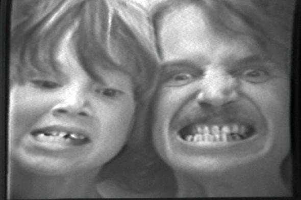 Erik & Dennis Oppenheim, Extended Expressions (fotograma / frame), 1971 (Aspen, Colorado). Vídeo, preto e branco, mudo, 12'. Cortesia de Dennis Oppenheim Estate