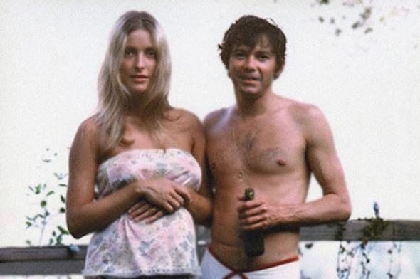 Sharon Tate (real) e o Jay Sebring (o namorado-amante cabeleireiro famoso que também morreu nos acontecimentos fatídicos)..