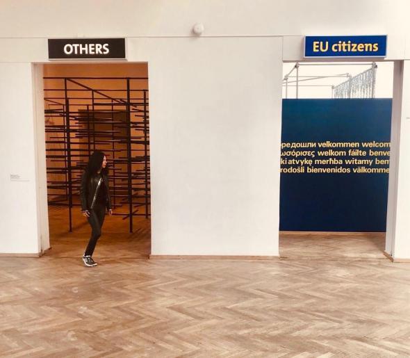 Instalação de Daniil Galkin, Tourniquet, 2013. Sejla Kameric, EU/Others, 2000. Exposição Europa Endlos, Copenhaga, 2019