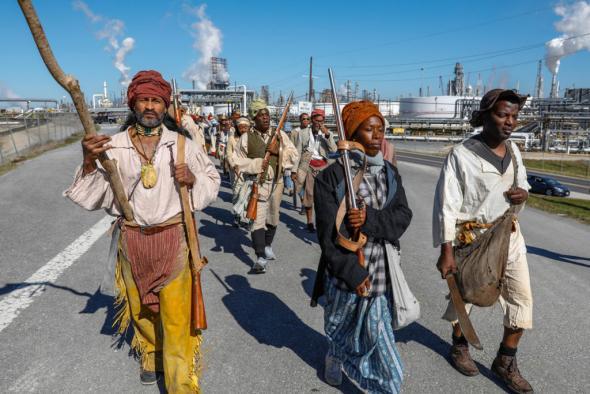 Documentação de Slave Rebellion Reenactment, uma  performance com a comunidade iniciada por Dread Scott. Entre 8 e 9 de novembro de 2019 nos arredores de Nova Orleães. Fotografia de Soul Brother