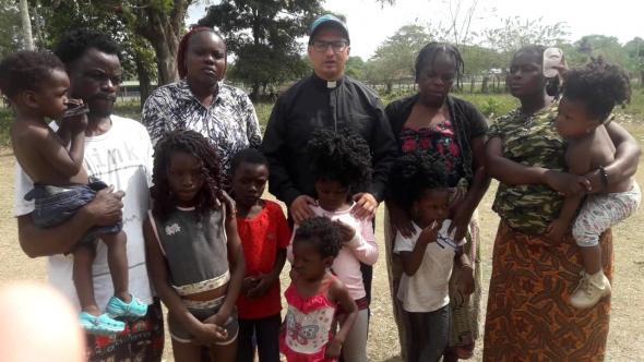 Aurelio Moncada - Padre Aurélio com sobreviventes