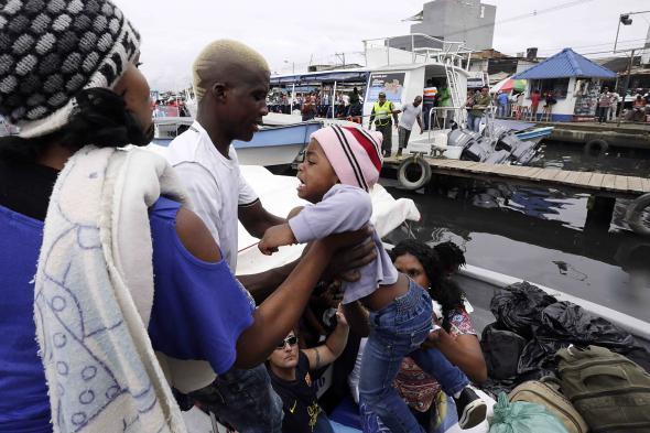 El Tiempo (Carlos Ortega) - Migrantes africanos em Turbo, Colômbia, a ponto de cruzar o Golfo de Urabá.