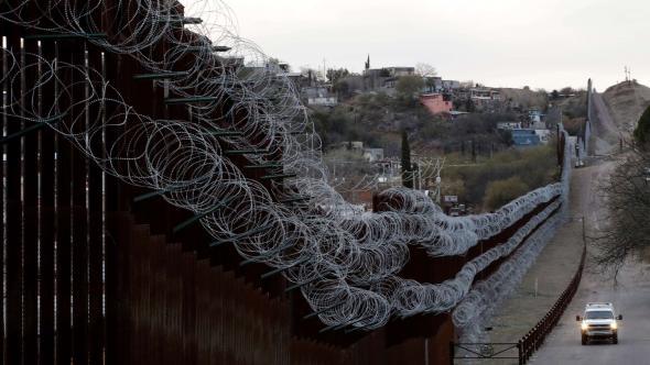O arame farpado que reforça o muro (AP, Arquivo Televisa)