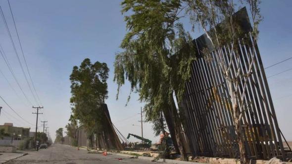 O vento derrubou parte do muro entre Mexicali e Califórnia (Saga)