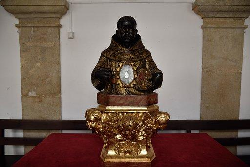 Busto de São Benedito, séc. XVII/XVIII, na sacristia da Igreja de Nossa Senhora da Anunciada (Setúbal).