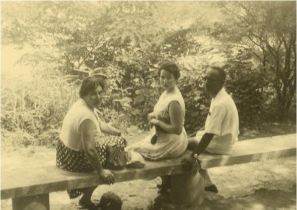 Amílcar Cabral, Maria Helena e Clara Schwarz na estrada de regresso de Dakar para Bissau em 1954