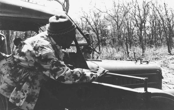 Amílcar Cabral a sair de um carro militar [presumivelmente na região do Boé, Frente Leste]. Data Agosto de 1971