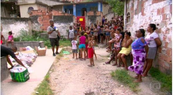 Fila de moradores sem máscaras para doação de alimentos na periferia de Salvador – BA (fonte Tribuna Feirense)
