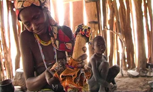 Fotograma do filme, cena onde Madukilaxi termina a boneca.