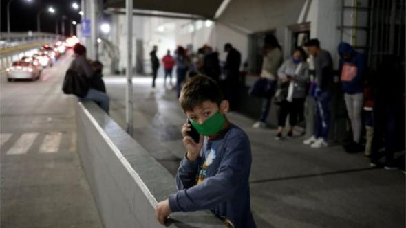 Os Estados Unidos emitiram uma ordem de emergência a 20 de março, que originou a expulsão de milhares de migrantes (BBC, Reuters)