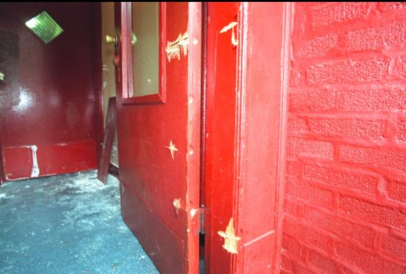 Entrada da casa de Amadou Diallo na Bronx com as marcas das balas disparadas pela polícia. Dos 41 projécteis disparados quando Diallo tentava tirar a carteira do bolso, 19 atingiram-no mortalmente RICHARD HARBUS/GETTY IMAGES