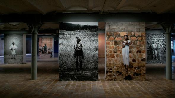 Yours truly, photographies installées, 2007 © ADAGP – Frédérique Lagny