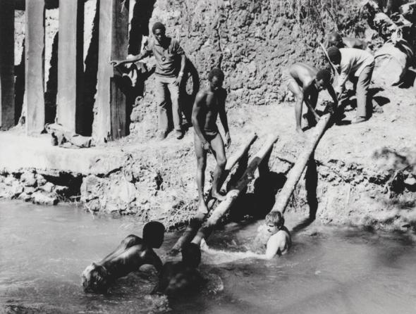 Luso - Junho 74. Obra de captação de água no Rio Luena, perto do Quartel.