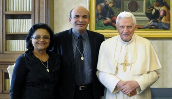 Da esquerda para a direita. Maria Salomé, Gilberto Barbosa, Papa Bento XVI. Fonte, Canção Nova
