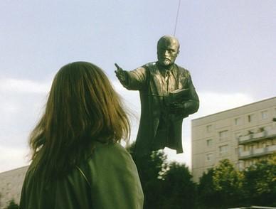 Cena do filme Adeus Lênin (2003), de Wolfgang Becker