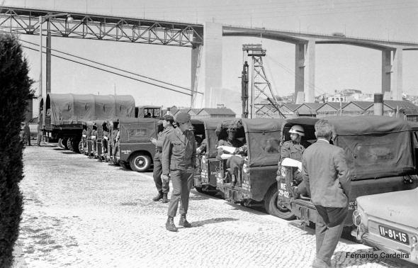 Embarque de tropas para África em 12 de Abril de 1969. A vigilância da Polícia Militar é bem visível em algumas fotos deste embarque de tropas. Aqui estão os polícias militares de regresso ao jeeps. Quantos seriam?