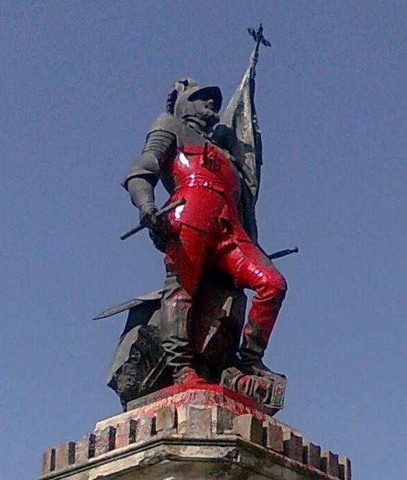 Estátua de Hernán Cortés manchada de vermelho em ato no município de Medelim, província de Badajoz.