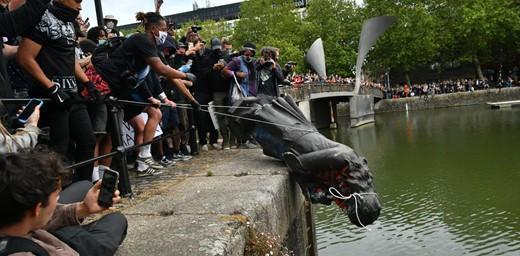 Manifestantes rolaram a estátua de Edward Colston por quilômetros até a afundarem no rio. Imagem de PA, Ben Birchall