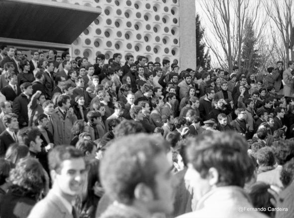 Manifestação na escadaria da Cantina da Cidade Universitária, Lisboa, 20 Nov. 1968