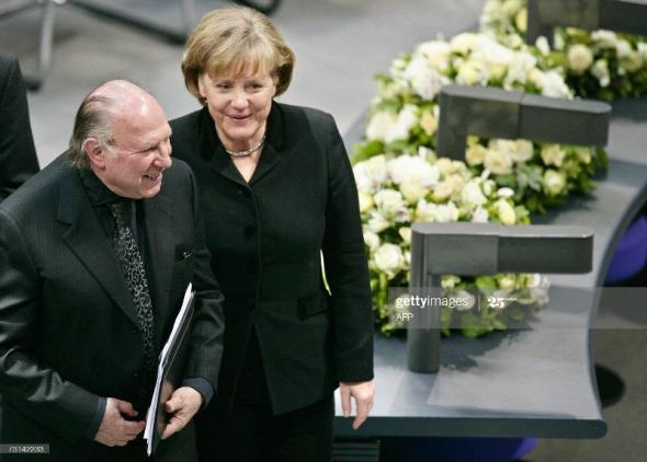 O escritor húngaro, Imre Kertész, prémio Nobel da literatura, com a chanceler alemã Angela Merkel| 2007 | Axel Schmidt/DDP/AFP via Getty Images