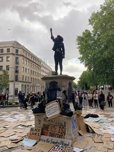 Manifestante Jen Reid toma o lugar de Colston após a derrubada da estátua. Imagem de Biggiesnug