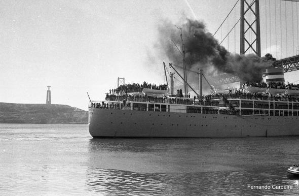Embarque de tropas para África em 12 de Abril de 1969. Fotografia de Fernando Mariano Cardeira.