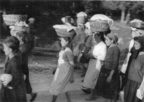 Mulheres de Drežnica levando cabazes de alimentos para o hospital no. 7 do monte Javornica, outono de 1942 (Museu de Ogulin, Croácia).