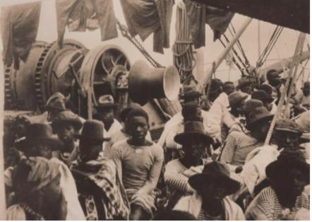 Trabalhadores Angolanos a bordo do Paquete Malange com destino a São Tomé. Fotografia de William Cadbury, Dezembro de 1908 Arquivo de História Social (ICS)