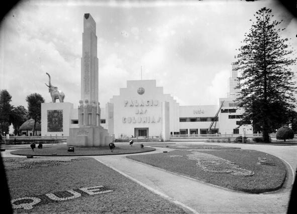 O Monumento ao Esforço Colonizador, originalmente produzido para a Exposição Colonial Portuguesa de 1934, está hoje na Praça do Império