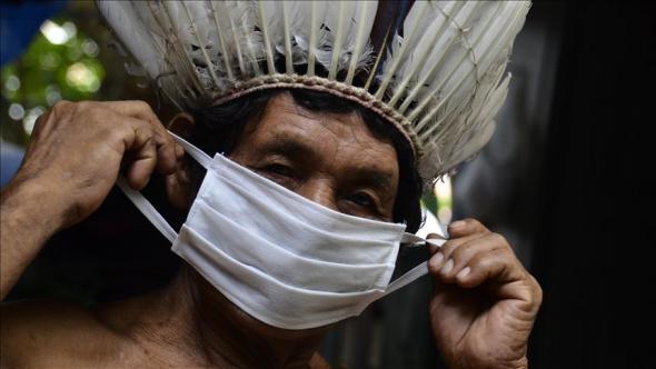 Comunidades indígenas de Manaus, Amazonas, usam máscara para prevenir a infeção.