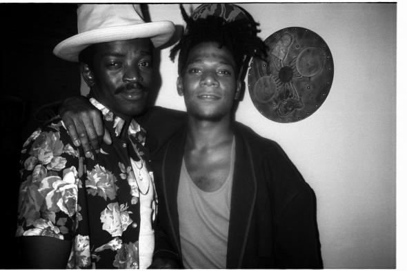 Retrato de Fred Brathwaite (Fab 5 Freddy) and Jean-Michel Basquiat, 1986. Fotografia por Patrick McMullan/Getty Images.