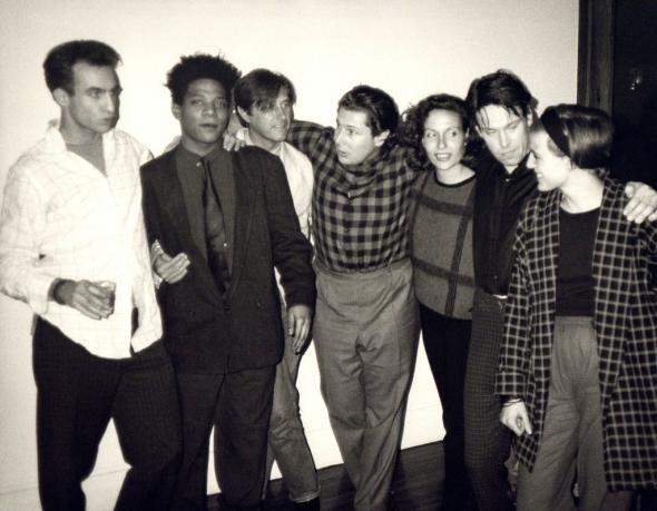 Andy Warhol. Andy Warhol, Fotografia de Jean-Michel Basquiat, Bryan Ferry, Julian Schnabel, Jacqueline Beaurang, Paige Powell, e outros numa festa no apartamento de Julian Schnabel, 1985, 1985. Hedges Projects