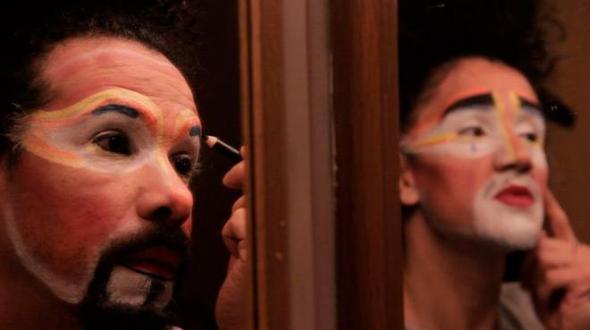 O ator Danilo Bethon se prepara para mais um espetáculo