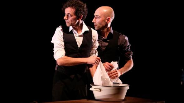 Os atores Artur Ribeiro e André Curti, da Companhia Dos à Deux (Xavier Cantat/Divulgação)