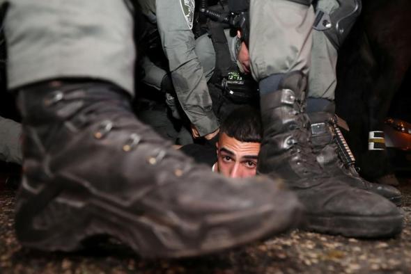 polícia israelita detém um manifestante palestiniano no bairro Sheikh Jarrah, em Jerusalém Ocidental