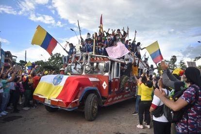 Entrada de indígenas de Cauca em Cali, aplaudidos pelos manifestantes (Ernesto Guzman JR EFE)