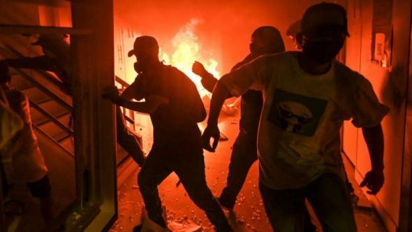 Pelo menos quatro pessoas morreram em Cali, no dia em que assinalou um mês do início dos protestos (Getty Images)