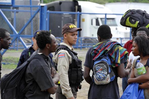 Grupo Nación - As famílias que chegam com crianças são alvo de atenção especial das autoridades costarricenses