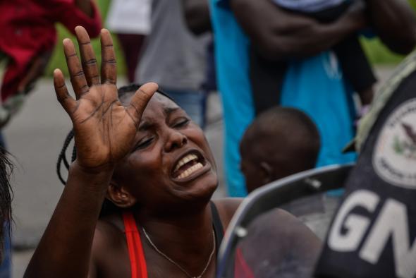 Isabel Mateos - Migrante africana protesta na Estação Século XXI, em Tapachula.