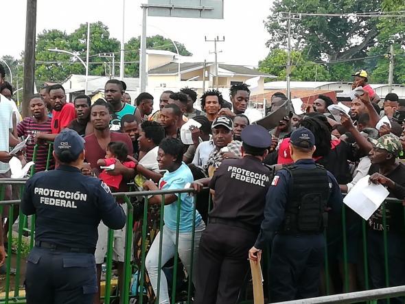 A  Polícia Federal tenta travar a entrada de migrantes africanos no acesso à Estação Migratória