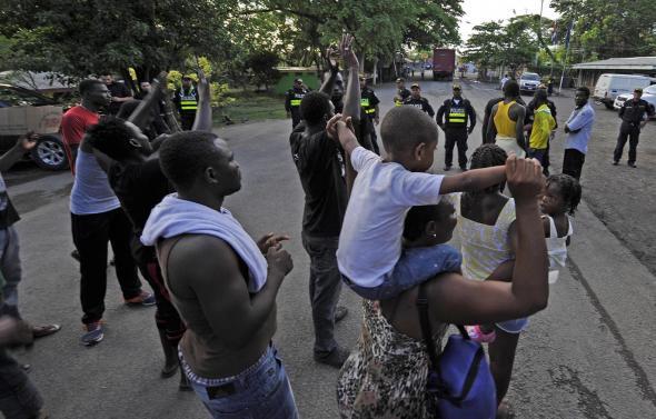 Grupo Nación - Migrantes africanos entregam-se às autoridades costarricenses