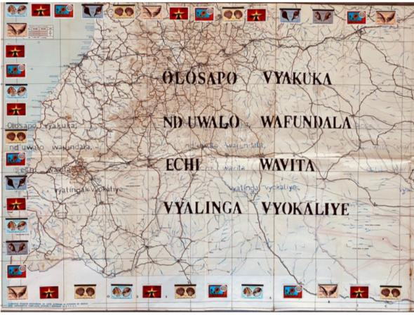 Olosapo, vyakuka, nd ́uwala wafundala, echi wavita vyalinga vyokaliye. (Umbundu) Histórias velhas, como roupas enxovalhada ao contá-las tornam-se novas. | 2020 | Yara Monteiro (cortesia da artista e escritora) (mapa rodoviário de Angola 1967 e selos angolanos, papel químico, caneta, marcador)