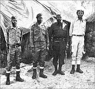 Dirigentes da UNITA em TERRA LIVRE DE ANGOLA (Fevereiro de 1978). Savimbi e Shiwale à direita.