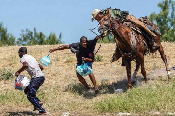 A polícia fronteiriça perseguiu os migrantes haitianos a cavalo e com chicotes (BBC)