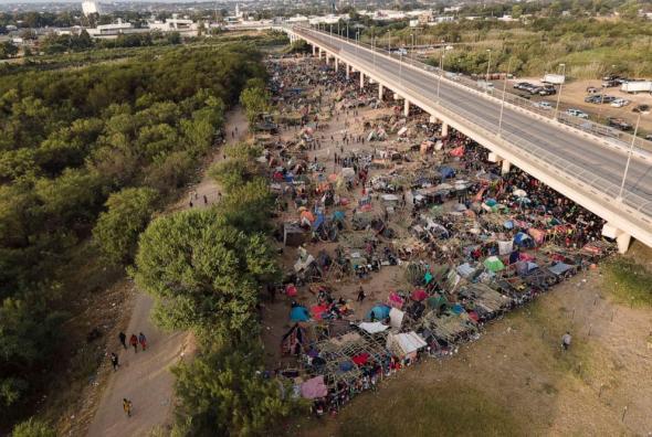 Há bastantes anos que milhares de haitianos migram ilegalmente para os Estados Unidos, mas nas últimas semanas o movimento ganhou uma pexpressão inusitada (Julio Cortez - AP)